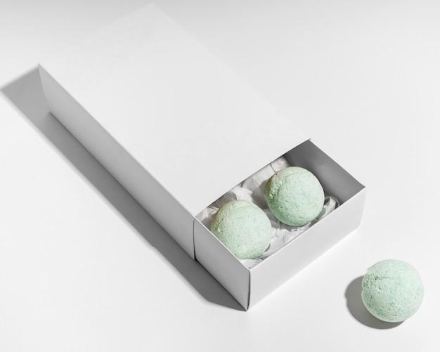 Arranjo de bombas de banho verdes na caixa