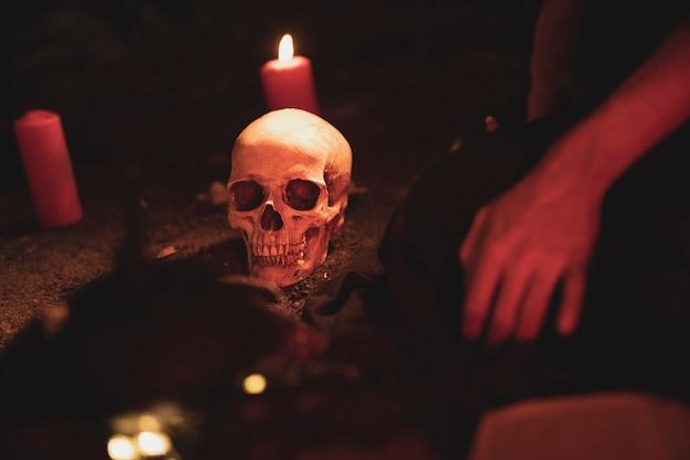 Arranjo de bruxaria com caveira e velas