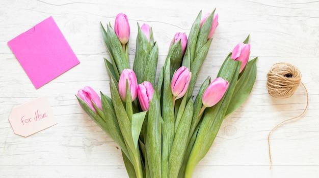 Arranjo de buquê de tulipas com vista superior