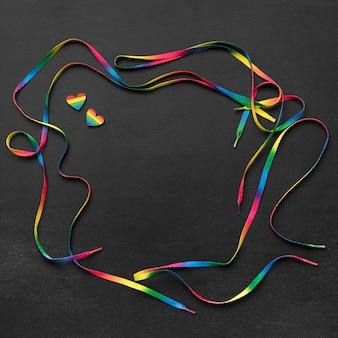 Arranjo de cadarço arco-íris em fundo escuro