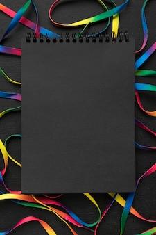 Arranjo de cadarços coloridos com bloco de notas preto