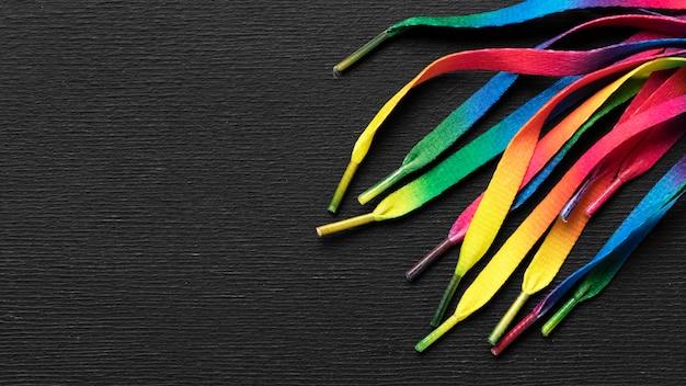 Arranjo de cadarços coloridos com espaço de cópia
