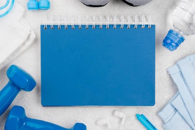 Arranjo de caderno azul plana leigos