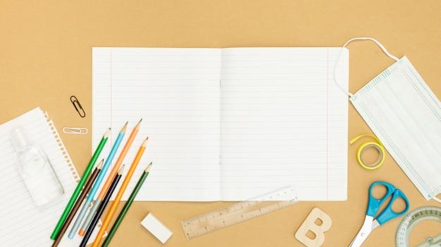 Arranjo de caderno e lápis de vista superior