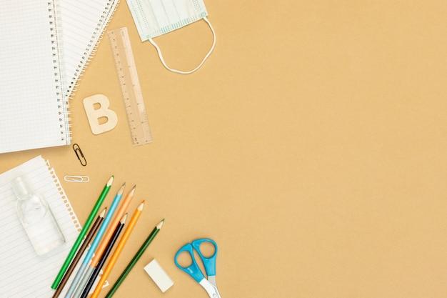 Arranjo de caderno e lápis plana leigos