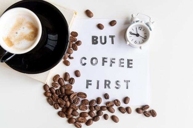 Arranjo de café com relógio