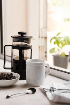 Arranjo de café da manhã vista frontal com café