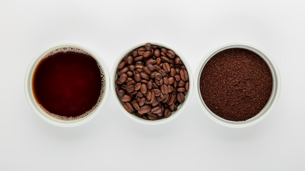 Arranjo de café liso leigos sobre fundo branco