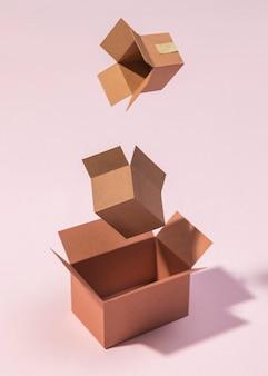 Arranjo de caixas em fundo rosa