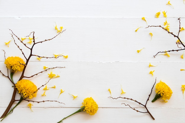 Arranjo de calêndula de flores amarelas achatado na madeira