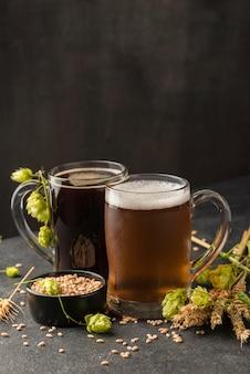 Arranjo de canecas de cerveja com sementes