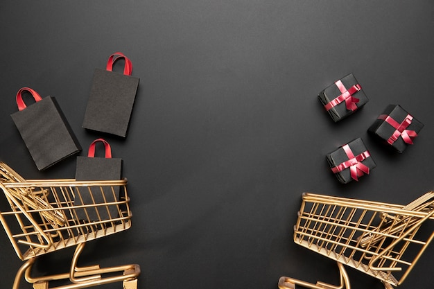 Arranjo de carrinhos de compras black friday com espaço de cópia