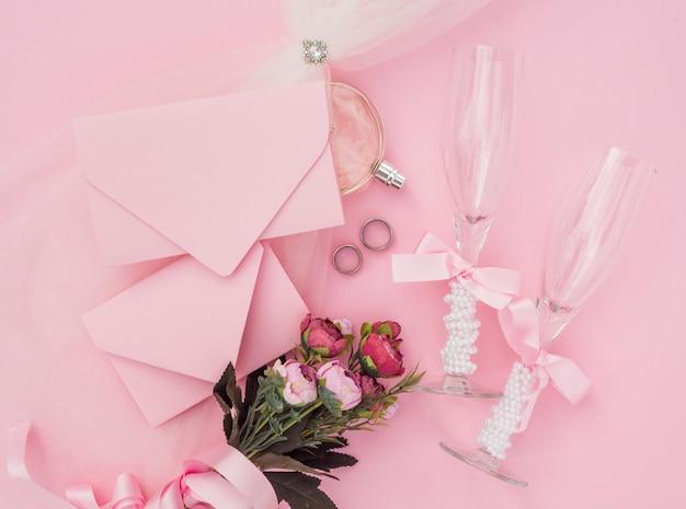 Arranjo de casamento com rosas e taças de champanhe