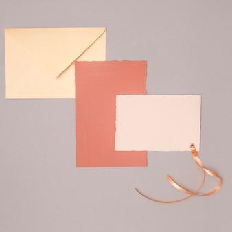 Arranjo de casamento minimalista com convites