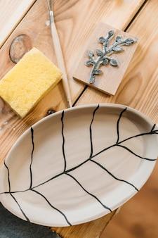 Arranjo de cerâmica criativa na mesa de madeira