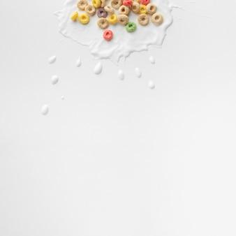 Arranjo de cereais coloridos com espaço de cópia