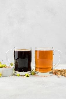 Arranjo de cerveja preta e loira