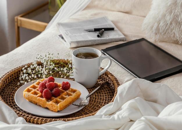 Arranjo de chá e waffle em ângulo alto