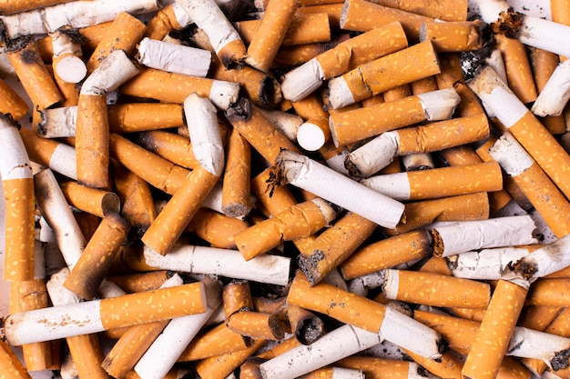 Arranjo de cigarros quebrados