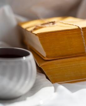 Arranjo de close-up com livros e xícara