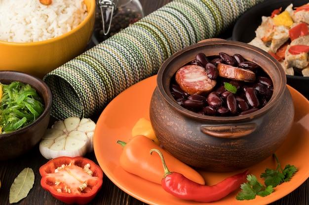 Arranjo de comida brasileira de alto ângulo