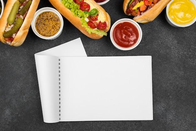 Arranjo de comida com vista superior do notebook