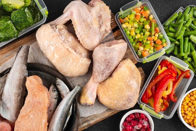 Arranjo de comida congelada na mesa