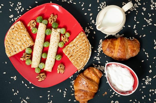 Arranjo de comida de pequeno-almoço plana leigos no fundo liso