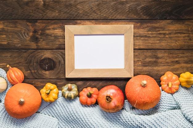 Arranjo de comida de vista superior com manta e moldura