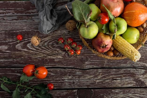 Arranjo de comida em fundo de madeira