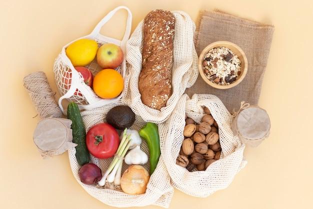 Arranjo de comida em sacola reutilizável