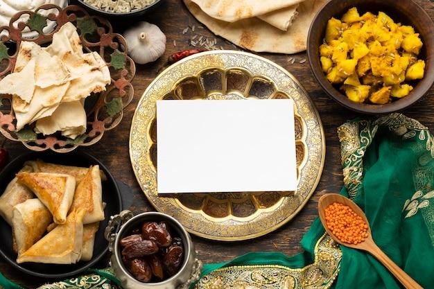 Arranjo de comida indiana com sari