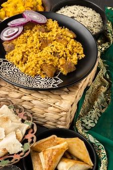 Arranjo de comida indiana de alto ângulo