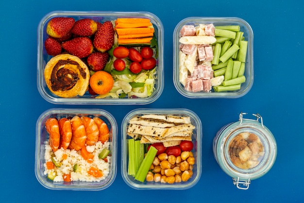 Arranjo de comida saudável embalada acima da vista