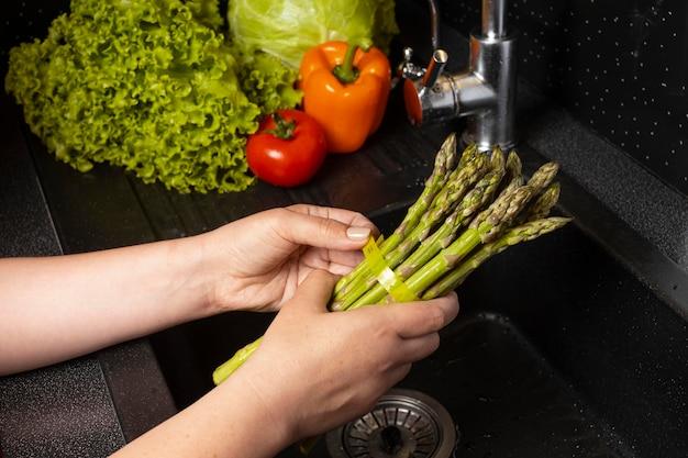 Arranjo de comida saudável sendo lavada