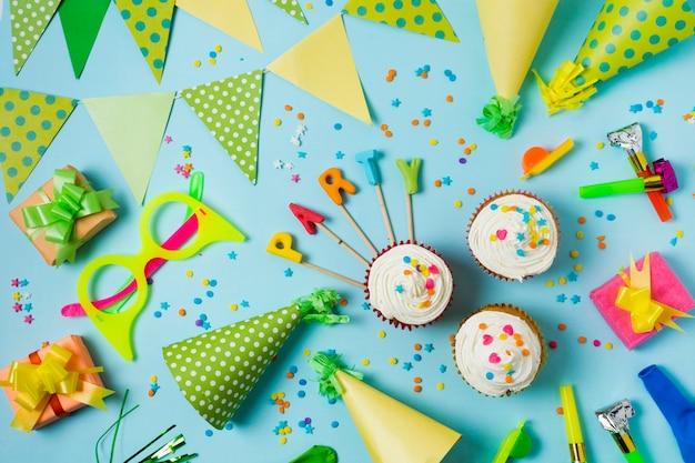 Arranjo de conceito de aniversário plana leigos