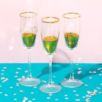 Arranjo de copos com bebida e glitter