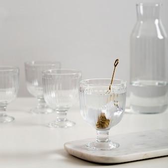 Arranjo de copos com cubo de gelo