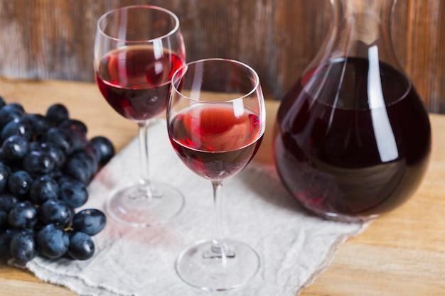 Arranjo de copos e jarra de vinho vista alta
