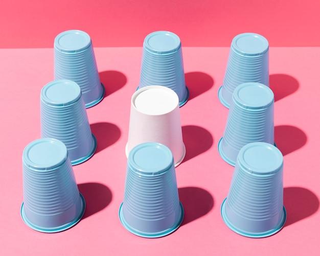 Arranjo de copos plásticos azuis