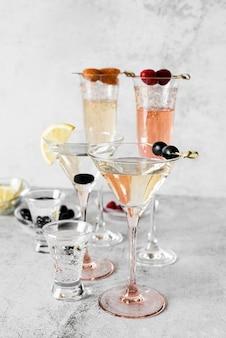 Arranjo de coquetéis de bebidas alcoólicas