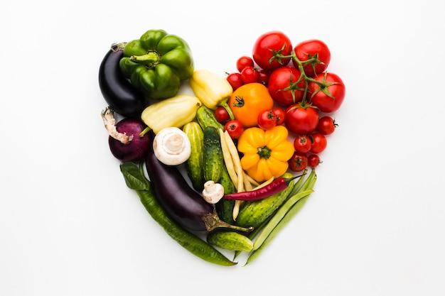 Arranjo de coração feito de vegetais