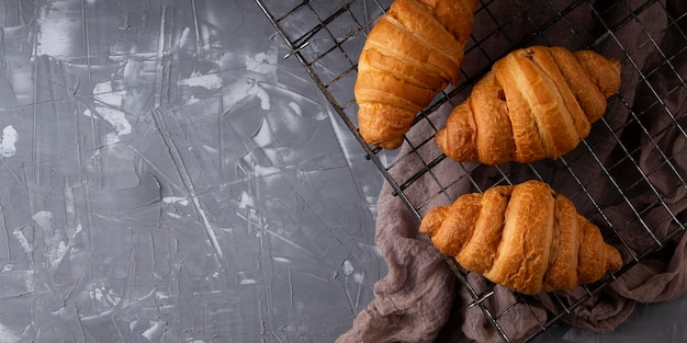 Arranjo de croissants doces de vista superior com espaço de cópia