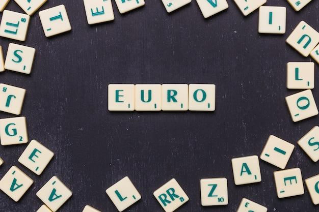 Arranjo de cubos com texto euro em fundo preto