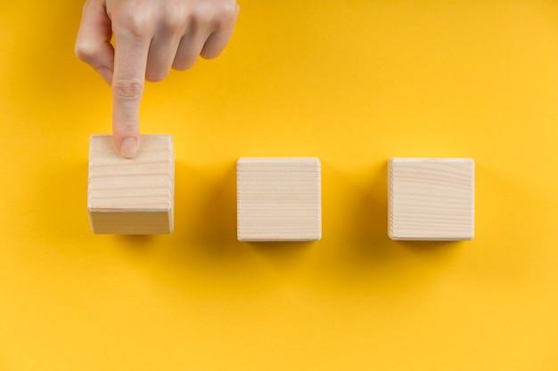 Arranjo de cubos de madeira em branco