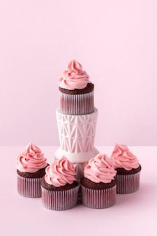 Arranjo de cupcakes com creme rosa