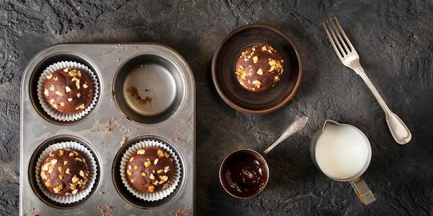 Arranjo de cupcakes de chocolate com vista de cima