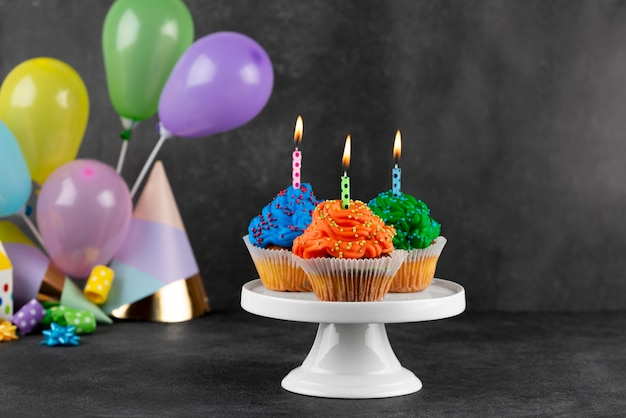 Arranjo de cupcakes de festa de aniversário