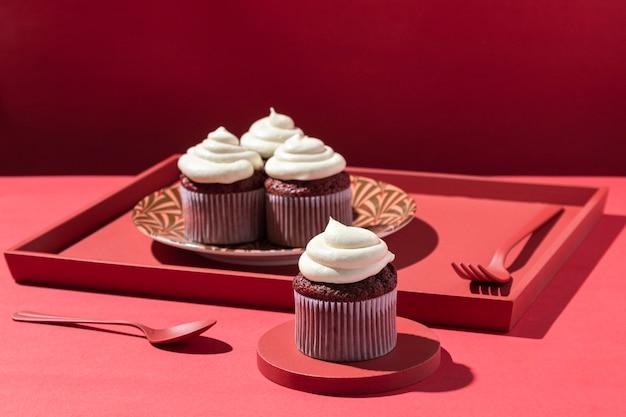 Arranjo de cupcakes na bandeja