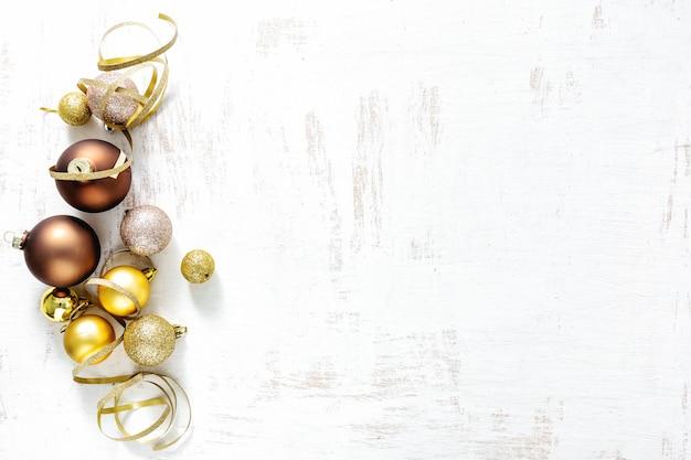 Arranjo de decorações clássicas de natal